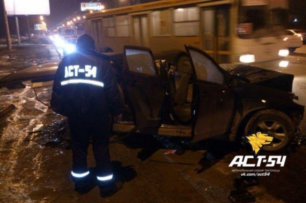 На месте аварии работало четыре бригады скорой помощи и спасатели.