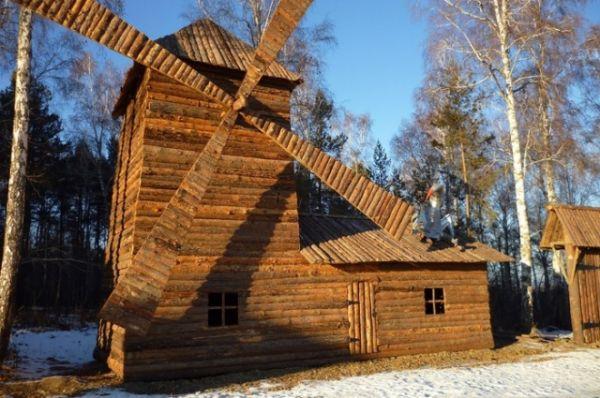 Мельница приютила на крыше еще одного персонажа.