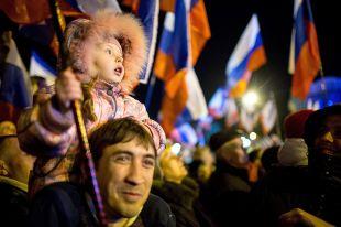 В ночь после референдума жители Симферополя вышли на улицы праздновать. В руках - теперь уже свои, российские флаги.