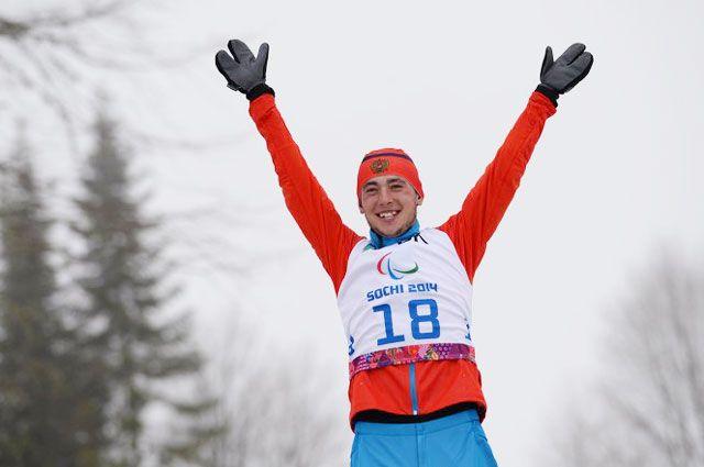Азат Карачурин после победы в гонке на средней дистанции в классе LW 2-9 (стоя) среди мужчин в соревнованиях по биатлону на XI Паралимпийских зимних играх в Сочи.