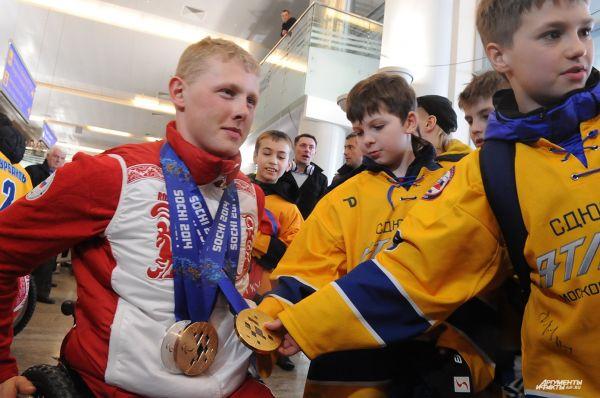 Им посчастливилось не только воочию наблюдать выдающихся героев отечественного спорта, но и своими руками потрогать паралимпийское золото.