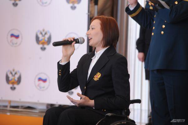 В честь возвращения победителей в аэропорту был исполнен гимн.