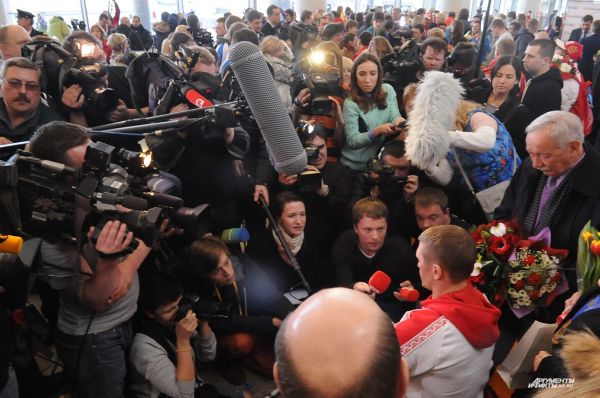 При первой же возможности спортсменов окружили репортёры.