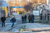 Сотрудники спецслужб возле здания фотограмметрического центра украинской армии на улице Кубанской в Симферополе.