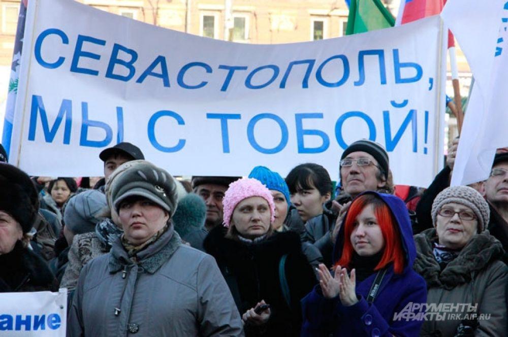 На митинг пришли представители молодого и старшего поколения.