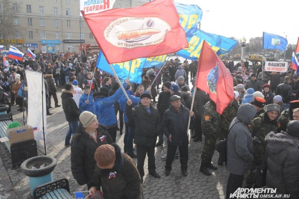 Сотни омичей вышли, чтобы поддержать идею присоединения Крыма к России.