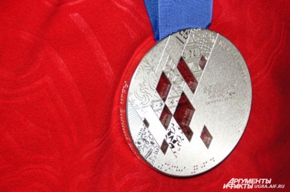А главной гордостью спортсмена стала его серебряная медаль Паралимпийских игр, которую он давал посмотреть всем желающим. Сам спортсмен рассказал, что для него, как и для всей команды, серебряная медаль была на вес золота.