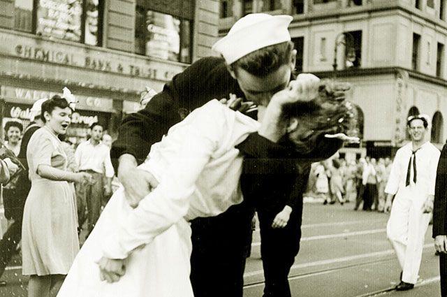 Знаменитое фото «Поцелуй на Таймс-Сквер». Автор Альфред Эйзенштадт. 14 августа 1945.