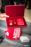 Болельщикам Константин показал награду, которую он получил лично из рук президента страны Владимира Путина – медаль Ордена «За заслуги перед отечеством первой степени».