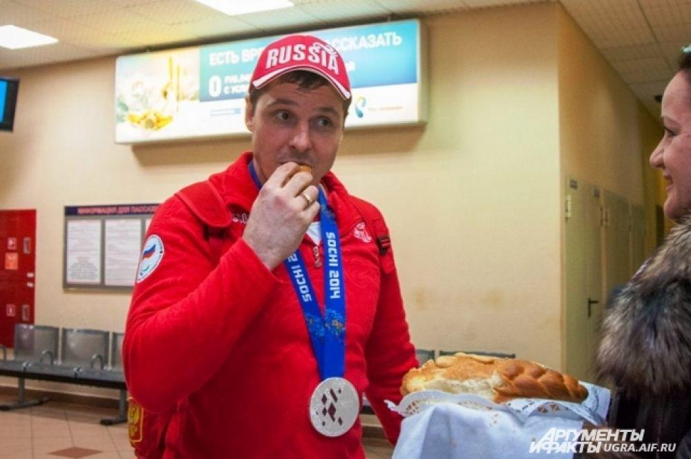 Спортсмена по старому русскому обычаю угостили караваем, на котором пекари специально изобразили две клюшки и шайбу.