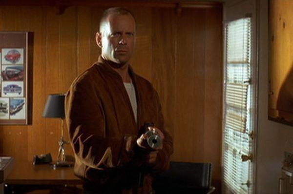 В «Криминальном чтиве» Брюс Уиллис убил трёх человек, при этом у его героя – боксёра Бутча Кулиджа – не было оружия вообще или он подбирал чужое.