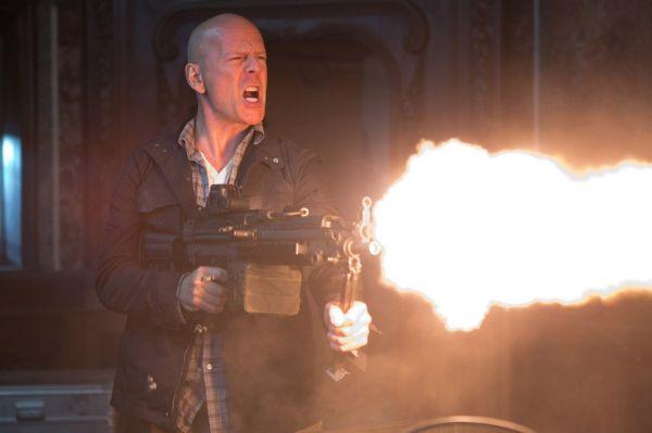В 2013 году Брюс Уиллис в третий раз спас планету. После нашествия агрессивных инопланетян («Пятый элемент») и катастрофического столкновения с метеоритом («Армагеддон») он оказался перед лицом ядерной катастрофы в картине «Крепкий орешек: Хороший день, чтобы умереть». В одной из сцен Джон МакКлейн из ручного пулемёта расстрелял целый отряд российского спецназа, не нарушавших закон по сюжету фильма. И всё это во время отпуска.
