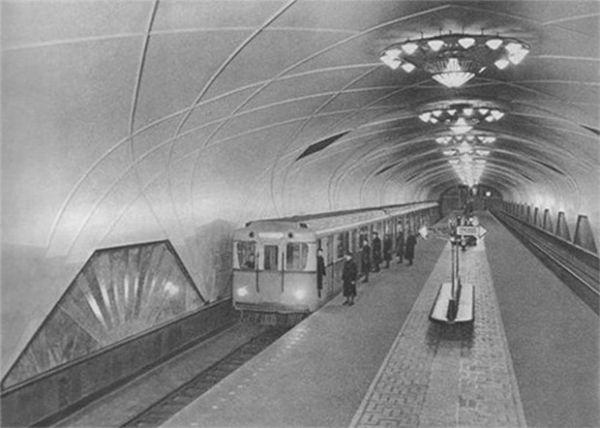Станция метро «Аэропорт» в конце 30-х годов. На фото изображён поезд, состоящий из вагонов типа А — именно такие вагоны были пущены по линиям метрополитена в 1934 году.