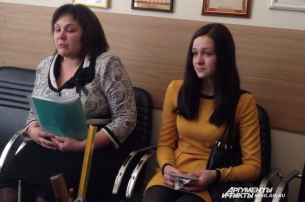 Мама и жена пострадавшего солдата.