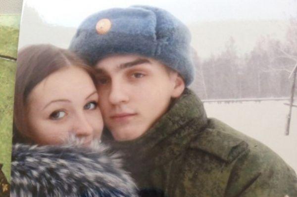 Алёна провожает мужа в армию.