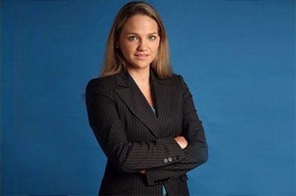 В составе Американского народно-революционного альянса в конгрессе Перу заседает Лючиана Леон, дочь Ромуло Леона Алегрии, осужденного за взятки от иностранных нефтяных компаний. Леон начала политическую карьеру в 14 лет с молодёжного крыла альянса, а во «взрослую» политику попала в 2002-м. В 2009 году по результатам интернет-опроса испанской газеты 20 Minutos она была названа самой красивой женщиной-политиком в мире.