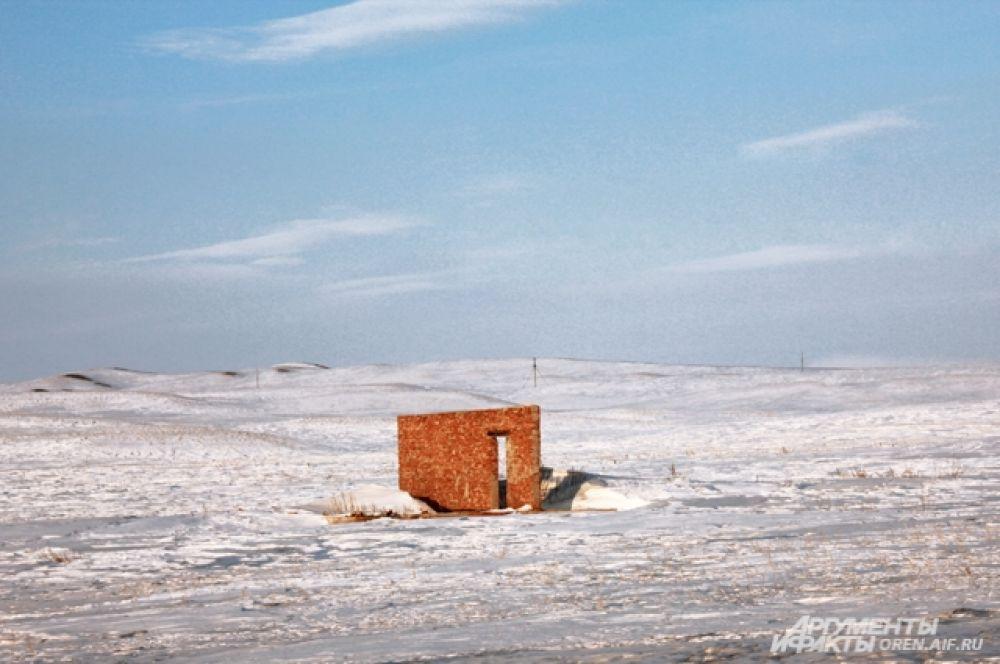 Что в поле может делать одиноко стоящая кирпичная стена?