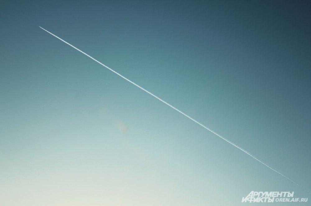 Когда в небо взмывает самолет, можно загадать желание. Весна - время чудес.