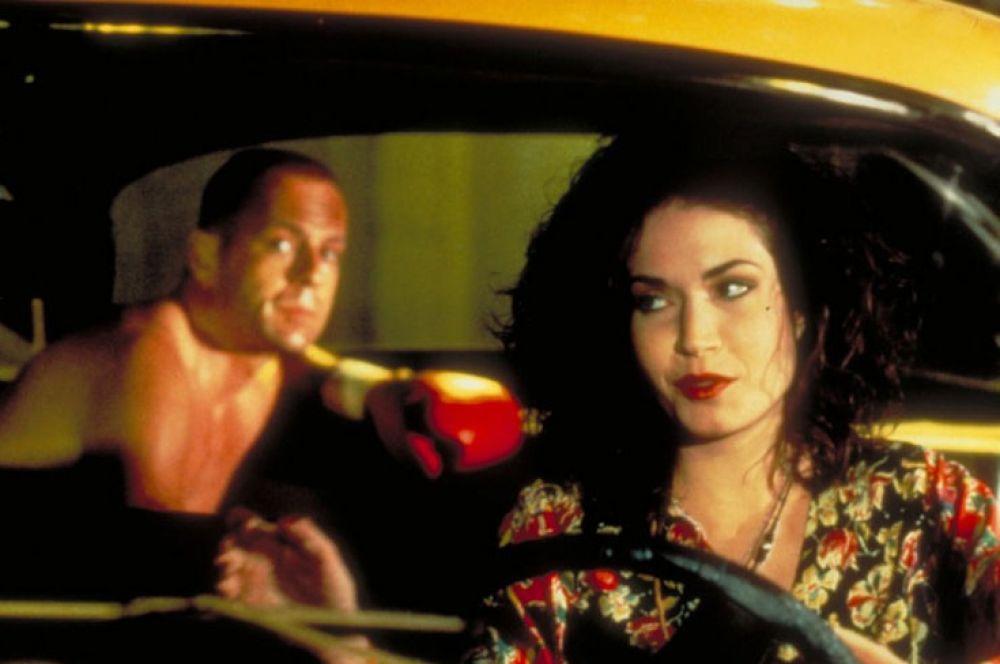 Девушка-таксист в фильме «Криминальное чтиво» играет одну из важных ролей сюжета картины – именно она увозит героя Брюса Уиллиса после боксёрского матча и спасает его таким образом от преступников.