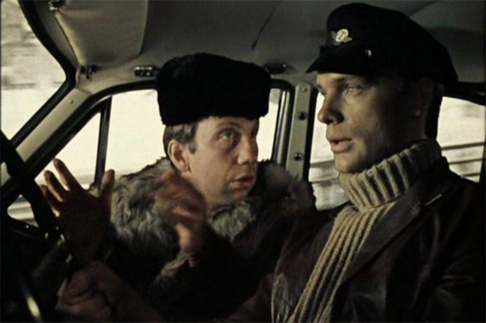 Притворяться таксистом сотруднику милиции пришлось и в другой комедии - «Джентльмены удачи». Именно в этой сцене прозвучала крылатая фраза «Кто ж его посадит?! Он же памятник!»