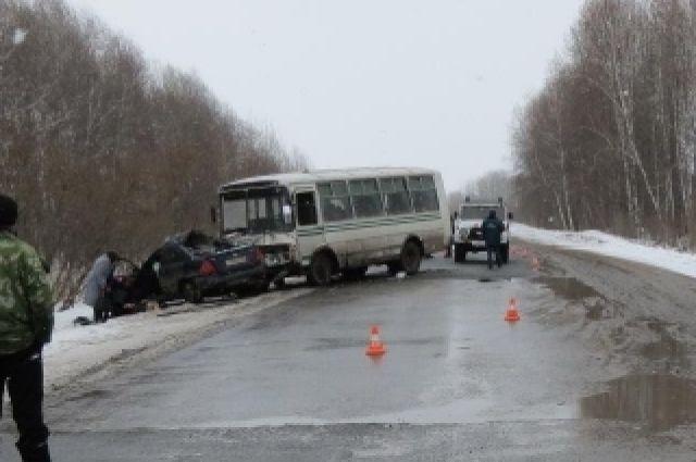 На трассе произошло столкновение легкового автомобиля и автобуса.
