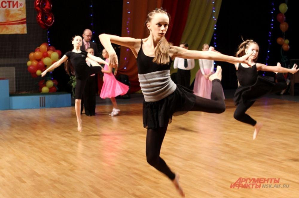 В программе: бальный танец, акробатический рок-н-ролл и выступления танцевальных ансамблей.