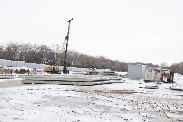 Место строительства домов омичи приняли за стройку хоккейной академии.