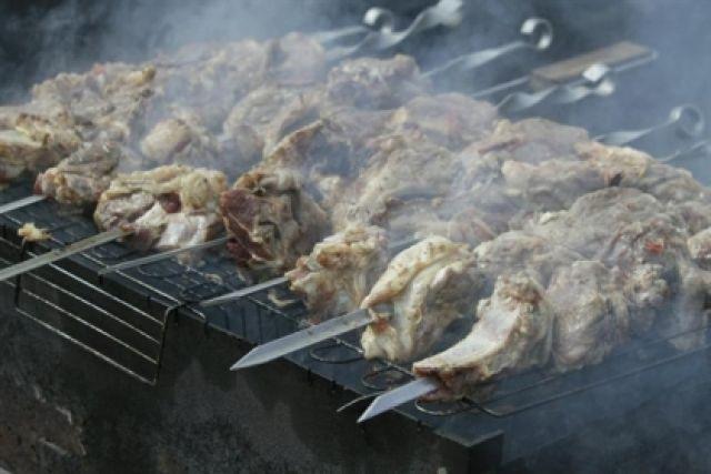 В теплое время горожане отправляются на природу готовить шашлыки.