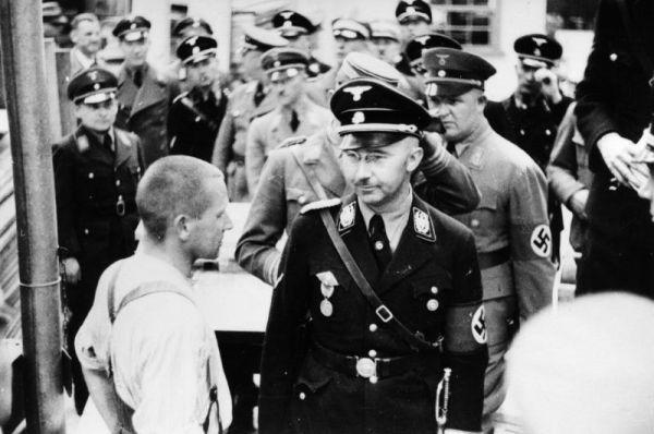 В годы войны над узниками ставились медицинские эксперименты. За происходящим лично наблюдал Генрих Гиммлер (на фото) и другие высокопоставленные нацисты.