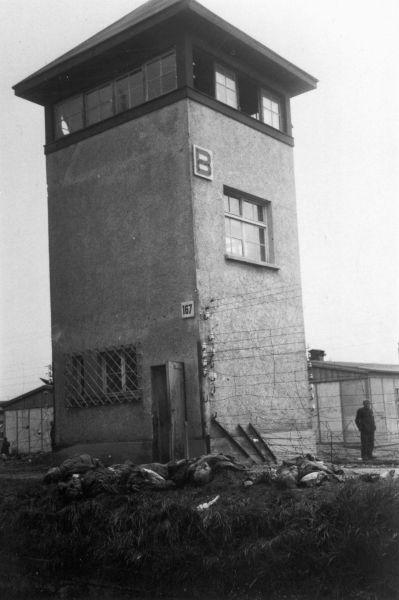 Солдатам предстала жуткая картина множества убитых заключённых концлагеря. В первые полчаса американские солдаты казнили 122 нацистов.
