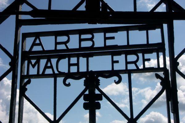 Концентрационный лагерь «Дахау» был основан ещё в 1933 году. До Второй мировой войны здесь содержались враги нацизма и политические оппоненты режима – коммунисты, социалисты, священники. Вместе с ними сюда отправляли душевнобольных и наркоманов.