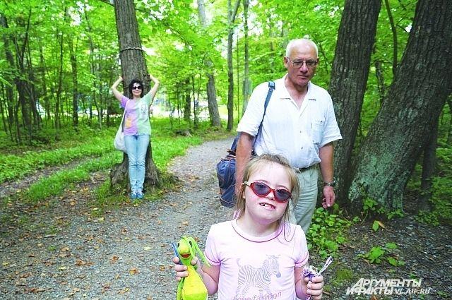 Милена с родителями на прогулке.