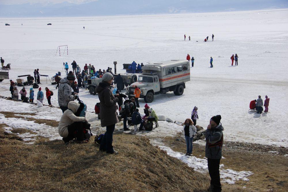 На берегу Байкала прошло несколько акций. Участники, анпример, убрали мусор.
