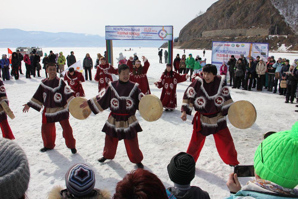 На льду станцевали участники насционального бурятского ансамбля.