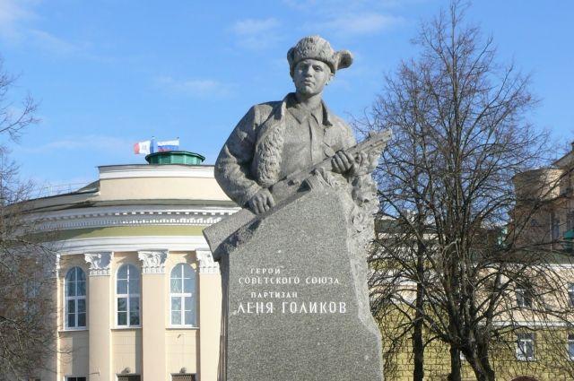 Памятник юному партизану Лёне Голикову в Великом Новгороде.