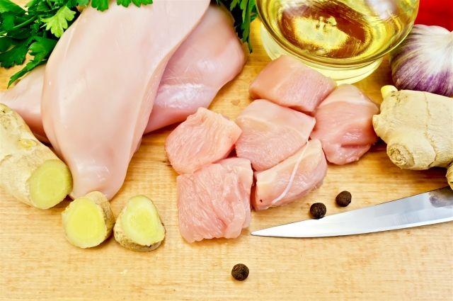 В Омске задержали 15 тонн нелегального мяса птицы.