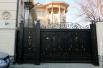 «Пшонка-стиль» журналисты разглядели даже в обрамлении ворот особняка