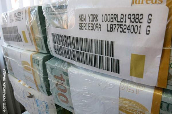 Пачки долларовых банкнот даже не распакованы