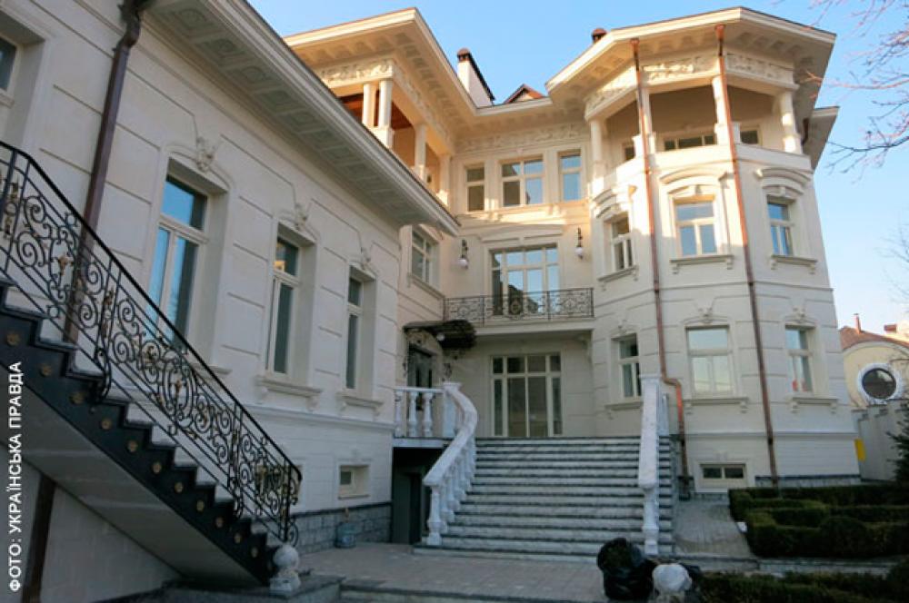 С внешней стороны дворец смотрится шикарно