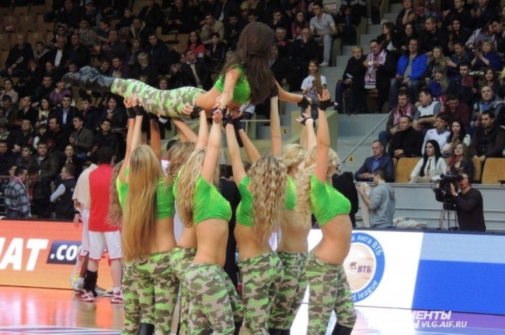 Девушки не только танцуют, но и выполняют акробатические трюки.