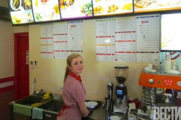 Во многих магазинах и ресторанах отказывают в приеме рубля