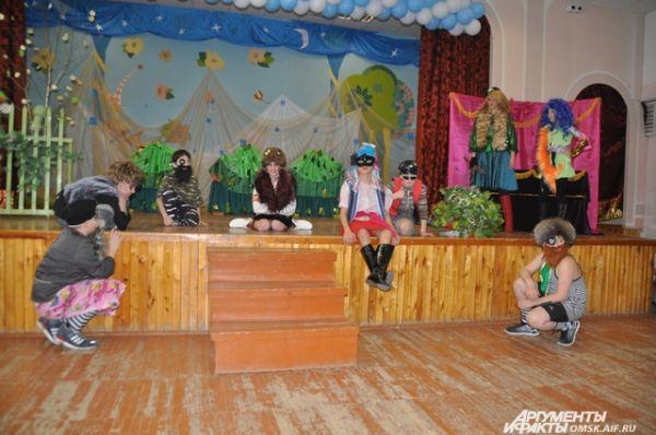 Школьный театр «Завалинка» поставил спектакль по мотивам сказки «Емеля- дурачок».