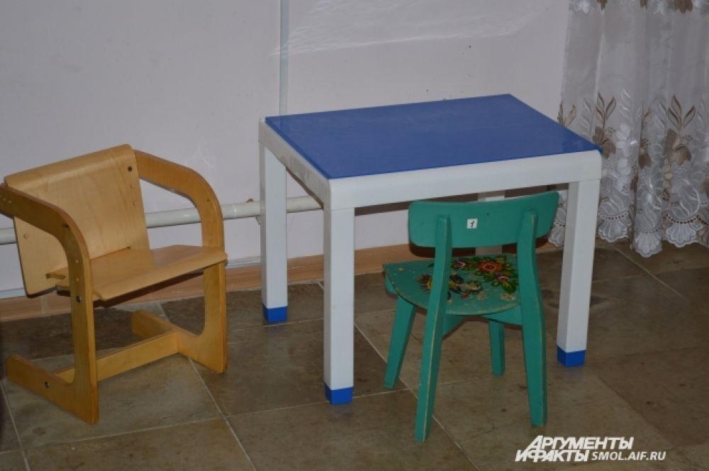 Стульчики и столик в трапезной для малышей.