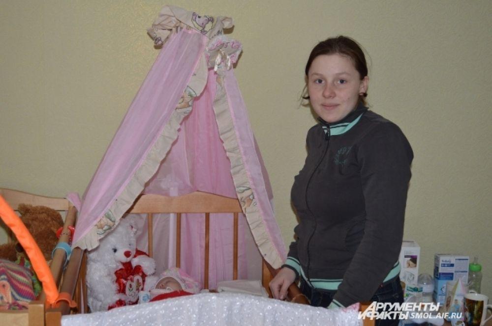 Молодая мама у колыбели.