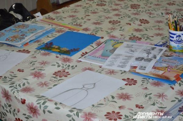 Рисунки воспитанников воскресной школы, которой выделено помещение в Доме для мам.