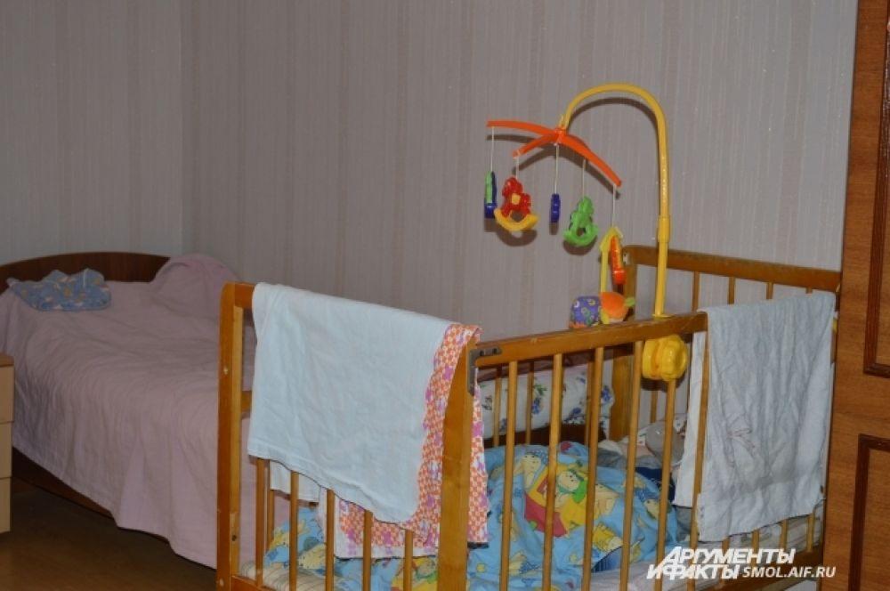 У каждой кроватки - погремушки и игрушки.