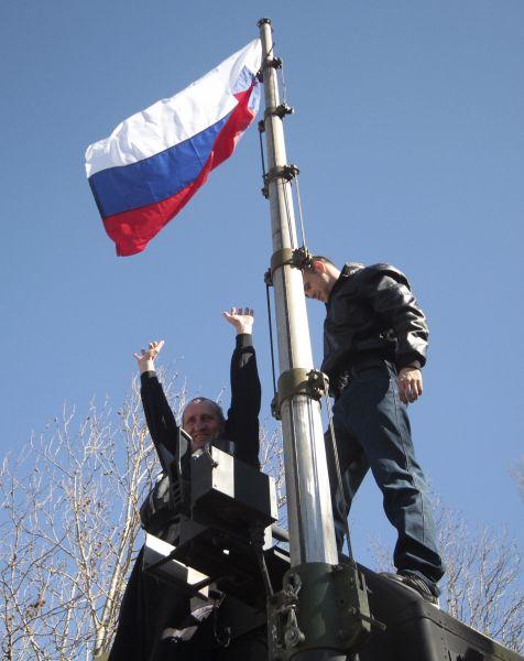После референдума о присоединении над военными базами Крыма был поднят российский триколор.