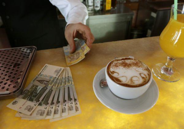Кафе, рестораны, гостиницы, аптеки перешли на российскую валюту за несколько дней до начала официального обращения рубля, однако крупные сетевые магазины, чьи центральные офисы находятся в Киеве, пока не принимают рубли.