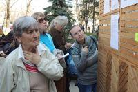 Желающие получить российский паспорт у стенда информации.