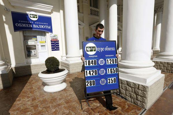 Крымские власти сообщили, что гривну можно будет обменять во всех банках без ограничений и пообещали не допустить спекуляций. При этом, гривна останется в обращении до 1 января 2016 года.